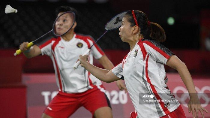 Apriyani Rahayu dari Indonesia (kiri) dan Greysia Polii dari Indonesia meraih tembakan dalam pertandingan final bulu tangkis ganda putri melawan Jia Yifan dari China dan Chen Qingchen dari China selama Olimpiade Tokyo 2020 di Musashino Forest Sports Plaza di Tokyo pada 2 Agustus 2021.