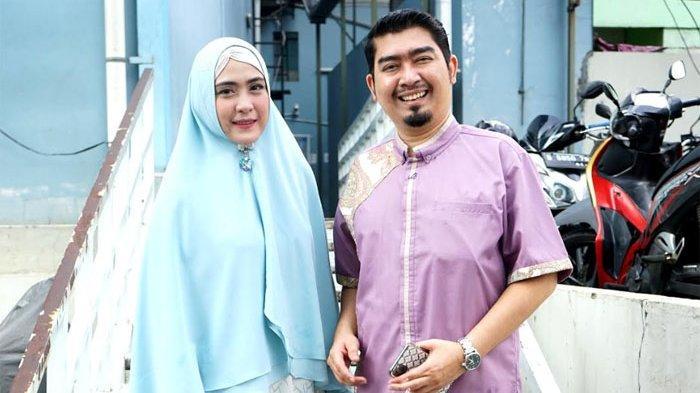 April Jasmine dan Ustadz Solmed ditemui usai menjadi bintang tamu program televisi di gedung Trans TV, Jalan Kapten Tendean, Mampang Prapatan, Jakarta Selatan, Selasa (2/6/2020). (ARI).