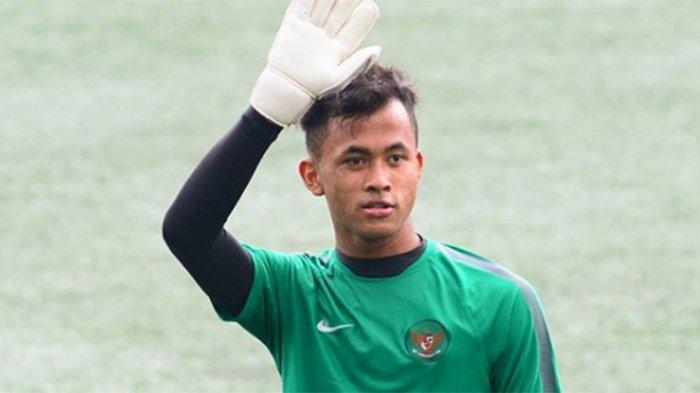 Penjaga gawang Muchamad Aqil Savik berbaju timnas Indonesia U-19.