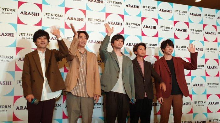 (kiri-kanan) Kazunari Ninomiya, Masaki Aiba, Jun Matsumoto, Satoshi Ohno, Sho Sakurai saat jumpa fans di Hotel Mulia, Senayan, Jakarta pada Minggu (9/11/2019).