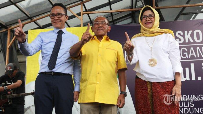 Ketua Dewan Pembina Partai Golkar, Aburizal Bakrie (ARB) didampingi pasangan Calon Wali Kota Bandung, Nurul Arifin dan Chairul Yaqin Hidayat (Nuruli) mengunjungi Posko Relawan Nuruli, di Jalan Tamblong, Kota Bandung, Senin (2/4/2018). ARB meyakini Nurul Arifin bakal menjadi wali kota Bandung terbaik dan memiliki kemampuan untuk memimpin dalam lima tahun ke depan. (TRIBUN JABAR/GANI KURNIAWAN)