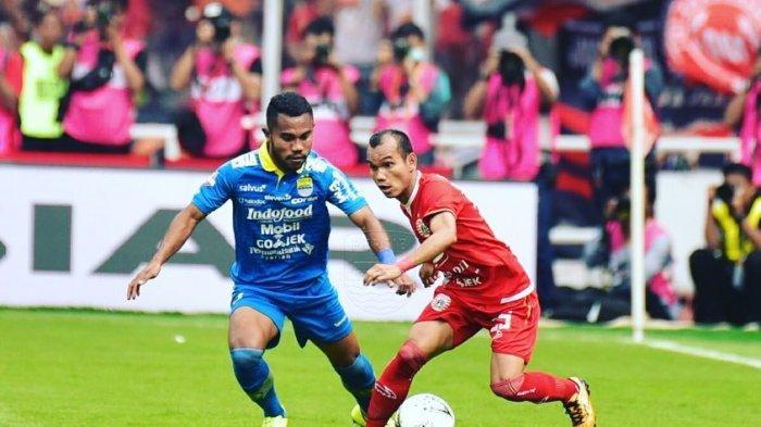 Ardi Idrus (Persib Bandung) saat berduel dengan Riko Simanjuntak (Persija Jakarta)