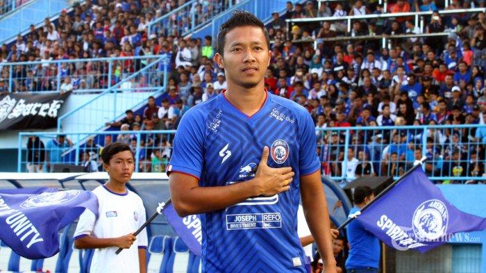 Gelandang Arema FC, Dendi Santoso mengenakan jersey home berwarna biru  dalam launching tim dan jersey Arema FC di Stadion Kanjuruhan, Kepanjen, Kabupaten Malang, Jawa Timur, Minggu (23/2/2020). Surya/Hayu Yudha Prabowo