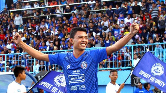 Striker Arema FC, Dedik Setiawan mengenakan jersey home berwarna biru  dalam launching tim dan jersey Arema FC di Stadion Kanjuruhan, Kepanjen, Kabupaten Malang, Jawa Timur, Minggu (23/2/2020). Surya/Hayu Yudha Prabowo