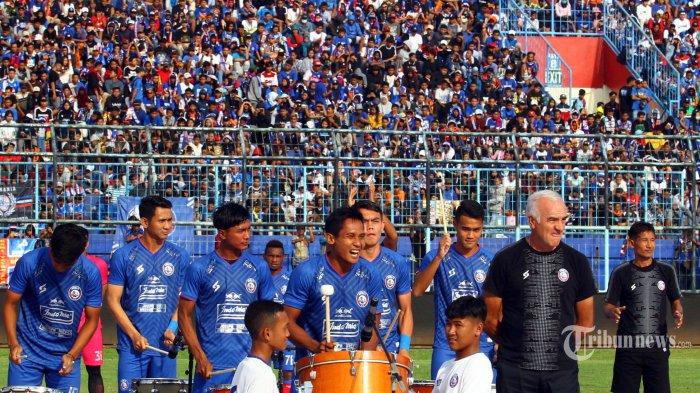 Kapten Arema FC, Hendro Siswanto menabuh drum dalam launching tim dan jersey Arema FC di Stadion Kanjuruhan, Kepanjen, Kabupaten Malang, Jawa Timur, Minggu (23/2/2020). Surya/Hayu Yudha Prabowo