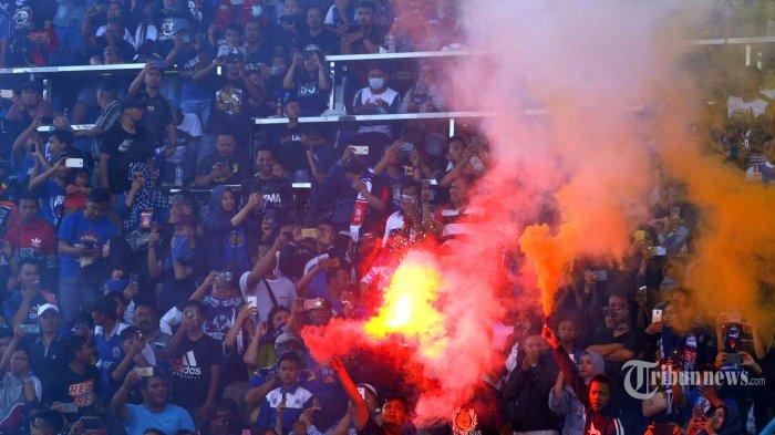 Aremania menyalakan flare dalam launching tim dan jersey Arema FC di Stadion Kanjuruhan, Kepanjen, Kabupaten Malang, Jawa Timur, Minggu (23/2/2020). Surya/Hayu Yudha Prabowo