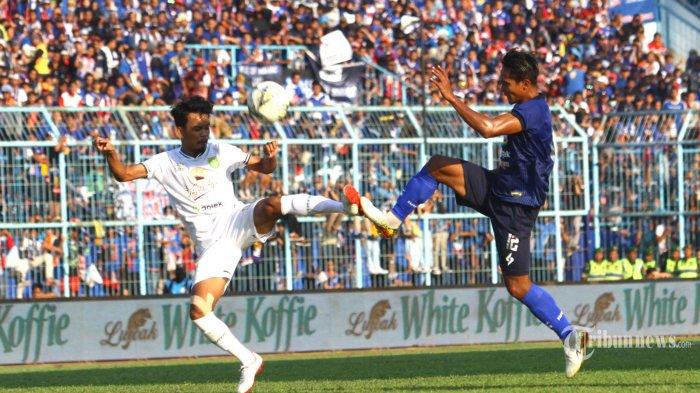 MENANG TELAK - Gelandang Arema FC, Hendro Siswanto berebut bola dengan gelandang Persebaya Surabaya, M Hidayat dalam lanjutan Liga 1 di Stadion Kanjuruhan Kepanjen, Kabupaten Malang, Kamis (15/8/2019). Arema FC menang telak aras Persebaya Surabaya dengan skor 4-0. SURYA/HAYU YUDHA PRABOWO