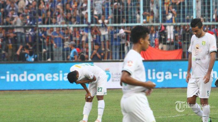 KALAH TELAK - Ekspresi pemain Persebaya Surabaya, Irfan Jaya dkk usai peluit akhir pertandingan melawan Arema FC dalam lanjutan Liga 1 di Stadion Kanjuruhan Kepanjen, Kabupaten Malang, Kamis (15/8/2019). Persebaya Surabaya kalah telak atas tuan rumah Arema FC dengan skor 0-4. (SURYA/HAYU YUDHA PRABOWO)