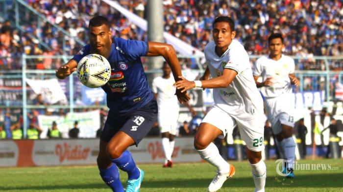 MENANG TELAK - Striker Arema FC, Sylvano Comvalius berebut bola dengan bek Persebaya, M Syafiuddin dalam lanjutan Liga 1 di Stadion Kanjuruhan Kepanjen, Kabupaten Malang, Kamis (15/8/2019). Arema FC menang telak aras Persebaya Surabaya dengan skor 4-0. SURYA/HAYU YUDHA PRABOWO