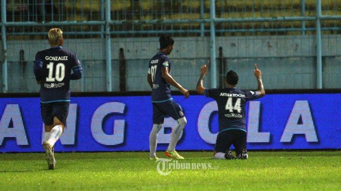 SELEBRASI - Bek AremaFC, Arthur Cunha merayakan gol yang dicetak ke gawang  Persegres GU dalam lanjutan Go-Jek Traveloka Liga 1 di Stadion Kanjuruhan Kepanjen, Kabupaten Malang, Rabu (25/10/2017). Pada akhir babak pertama AremaFC unggulPersegres GU dengan skor 2-0. SURYA/HAYU YUDHA PRABOWO