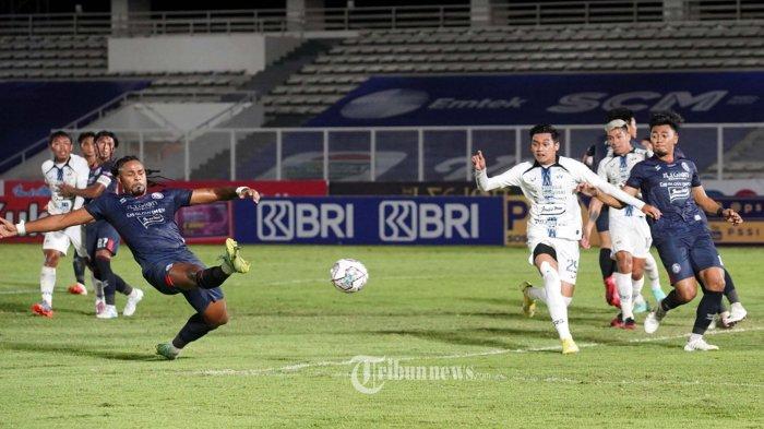 Pesepakbola Arema FC berebut bola dengan pesepakbola PSIS Semarang berebut bola pada lanjutan BRI Liga 1, di Stadion Madya Jakarta, Sabtu (25/9/2021). Pada babak pertama pertandingan berakhir imbang 0-0. TRIBUNNEWS/HERUDIN