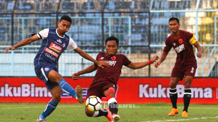 IMBANG - Striker Arema FC, Rivaldi Bawuo berebut bola dengan bek PSM Makasar, Hendra Wijaya dalam lanjutan Liga 1 di Stadion Kanjuruhan Kepanjen, Kabupaten Malang, Minggu (13/5/2018). Arema FC ditahan tim tamu PSM Makasar dengan skor 1-1. SURYA/HAYU YUDHA PRABOWO