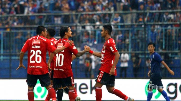 Striker Bali United, Irfan Bachdim dkk merayakan gol yang dicetak ke gawang Arema FC dalam lanjutan Liga 1 di Stadion Kanjuruhan Kepanjen, Kabupaten Malang, Senin (16/12/2019). Arema FC mengalahkan Bali United dengan skor 3-2. SURYA/HAYU YUDHA PRABOWO