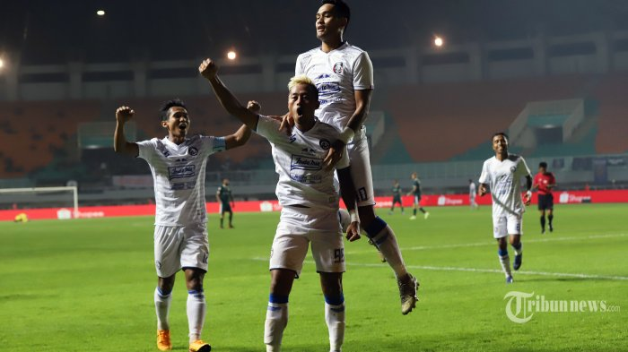 Selebrasi pemain Arema FC KH Yudo bersama teman-temannya usai mencetak gol ke gawang Persikabo pada laga Shopee Liga 1 2020 di Stadion Pakansari, Bogor, Jawa Barat, Senin (2/3/2020). Pada pertandingan tersebut Persikabo kalah 0-2 dari Arema FC. Tribunnews/Jeprima