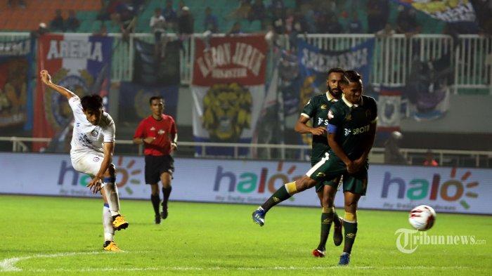 Pemain Persikabo saat berebut bola dengan pemain Arema FC pada laga Shopee Liga 1 2020 di Stadion Pakansari, Bogor, Jawa Barat, Senin (2/3/2020). Pada pertandingan tersebut Persikabo kalah 0-2 dari Arema FC. Tribunnews/Jeprima