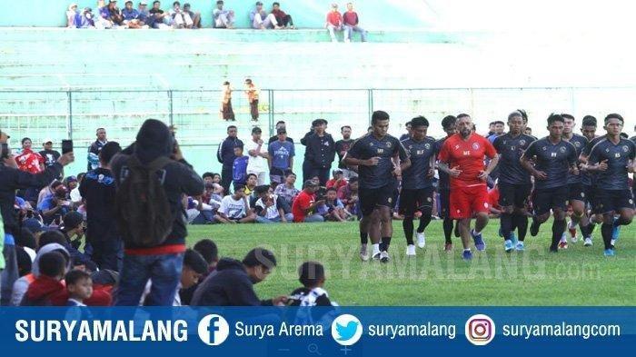 Aremania melihat latihan perdana Arema FC di Stadion Gajayana Malang, Kamis (16/1/2020). Ribuan Aremania melihat latihan perdana Arema FC yang diikuti 24 pemain