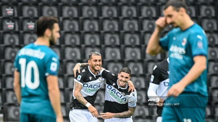 Gelandang Udinese Argentina Rodrigo De Paul (tengah) merayakan dengan rekan setim dan gelandang senegaranya Roberto Maximiliano Pereyra (kiri / kanan) setelah mencetak gol selama pertandingan sepak bola Serie A Italia antara Udinese dan AC Milan di Stadion Friuli, alias
