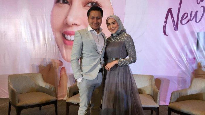 Arie Untung dan Fenita Arie saat ditemui di ditemui di peluncuran 'Wardah Feel The New You' di Jakarta Selatan, Selasa (16/7/2019).