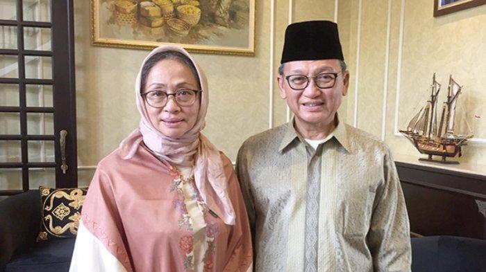 Duta Besar Republik Indonesia Ir. Arifin Tasrif (kanan) beserta isteri di kediaman Duta Besar di Tokyo