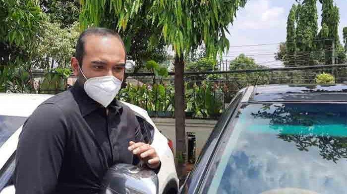 Ario Bayu saat akan meninggalkan Pengadilan Agama Jakarta Selatan, Kamis (8/4/2021).