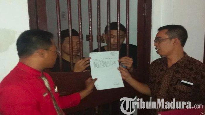 Aris Sugianto dan Azis Prakoso dua tersangka pembunuh Budi Hartanto Guru Honorer Dimutilasi ketika memperlihatkan surat permintaan maaf dari balik sel tahanan di Kediri, kepada orangtua Budi Hartanto, Kamis (11/7/2019).