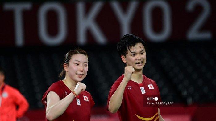 Arisa Higashino dari Jepang dan Yuta Watanabe dari Jepang (kanan) merayakan setelah memenangkan pertandingan ganda campuran medali perunggu bulu tangkis melawan Tang Chun Man dari Hong Kong dan Tse Ying Suet dari Hong Kong selama Olimpiade Tokyo 2020 di Musashino Forest Sports Plaza di Tokyo pada 30 Juli, 2021.