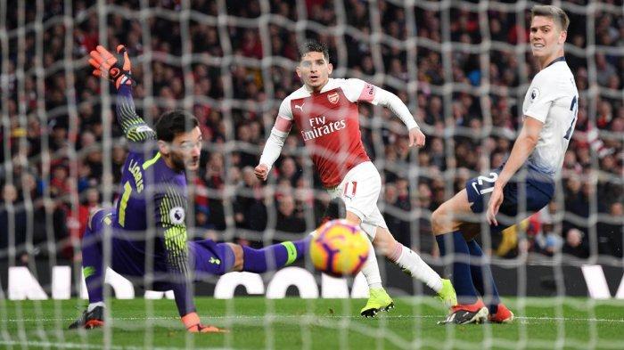 Pemain Arsenal, Lucas Torreira (tengah) mencetak gol ke gawang Tottenham Hotspur dalam laga pekan ke-14 Liga Inggris di Stadion Emirates, London, Minggu (2/12/2018) malam WIB.