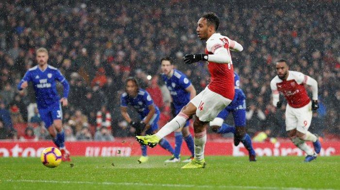 Striker Arsenal, Pierre-Emerick Aubameyang mengeksekusi tendangan penalti yang berbuah gol ke gawang Cardiff City dalam laga pekan ke-24 Liga Inggris di Stadion Emirates, London, Rabu (30/1/2019) dini hari WIB.