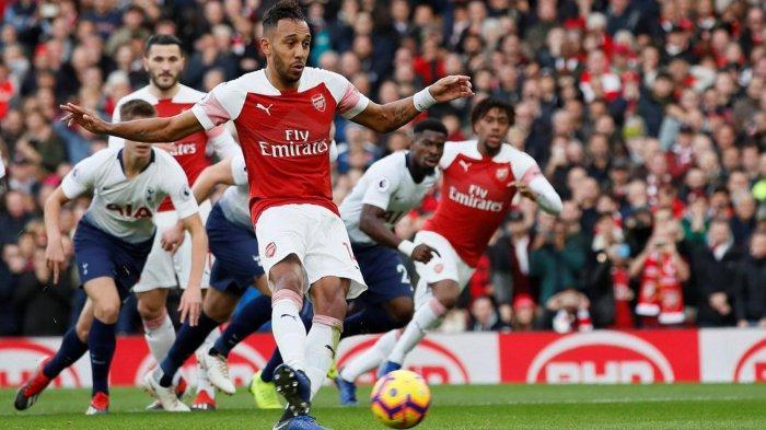 Pemain Arsenal, Pierre-Emerick Aubameyang melakukan eksekusi tendangan penalti yang berbuah gol ke gawang Tottenham Hotspur dalam laga pekan ke-14 Liga Inggris di Stadion Emirates, London, Minggu (2/12/2018) malam WIB.