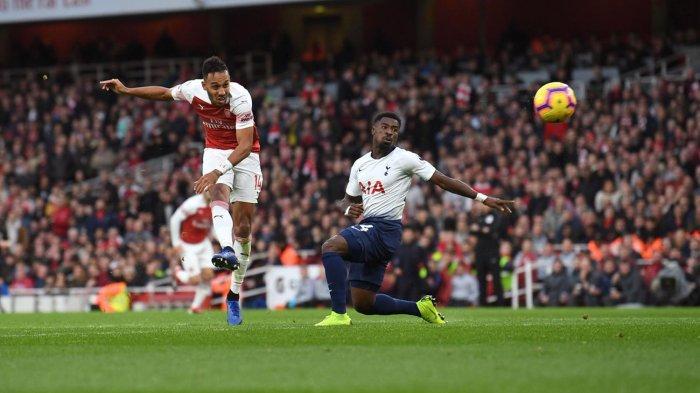 Pemain Arsenal, Pierre-Emerick Aubameyang menendang bola yang berbuah gol ke gawang Tottenham Hotspur dalam laga pekan ke-14 Liga Inggris di Stadion Emirates, London, Minggu (2/12/2018) malam WIB.