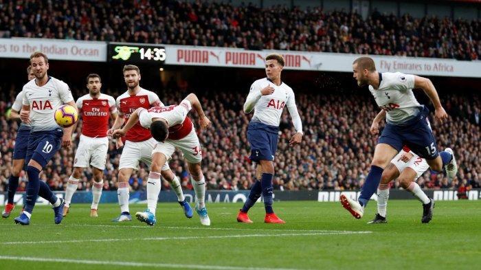 Pemain Tottenham Hotspur, Eric Dier (kanan) menyundul bola yang berbuah gol ke gawang Arsenal dalam laga pekan ke-14 Liga Inggris di Stadion Emirates, London, Minggu (2/12/2018) malam WIB.