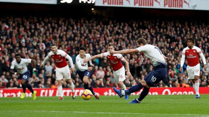 Pemain Tottenham Hotspur, Harry Kane (kedua kanan) melakukan eksekusi tendangan penalti yang berbuah gol ke gawang Arsenal dalam laga pekan ke-14 Liga Inggris di Stadion Emirates, London, Minggu (2/12/2018) malam WIB.