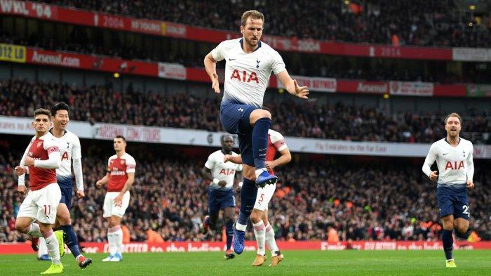 Pemain Tottenham Hotspur, Harry Kane (tengah) melakukan selebrasi usai mencetak gol ke gawang Arsenal melalui tendangan penalti dalam laga pekan ke-14 Liga Inggris di Stadion Emirates, London, Minggu (2/12/2018) malam WIB.