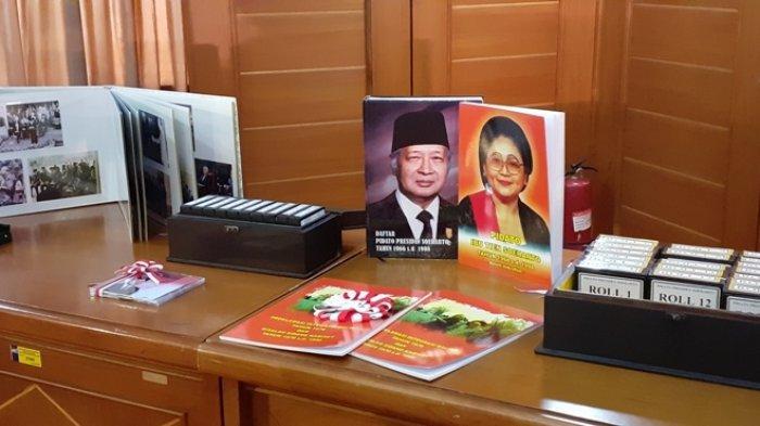 Arsip statis kegiatan Presiden kedua RI Soeharto yang diserahkan keluarga Cendana kepada ANRI (Arsip Nasional Republik Indonesia) Sumrahyadi di Ruang Serbaguna Noerhadi Magetsari, gedung C, lantai 2 ANRI, Cilandak, Jakarta Selatan, pada Kamis (18/7/2019).