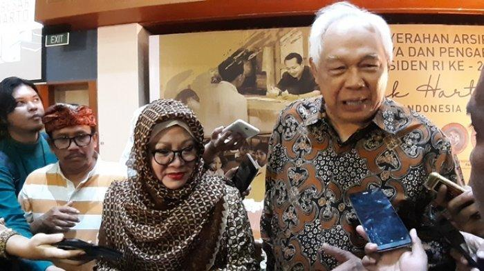 Anak pertama Soeharto dan Tien Soeharto, Siti Hardiyanti Indra Rukmana (berjilbab) dan Perwakilan ANRI Soenarto Sudarno yang ditemui usai penyerahan arsip di Gedung Arsip Nasional Republik Indonesia (ANRI), Cilandak, Jakarta Selatan, Kamis (18/7/2019). (Rina Ayu/Tribunnews.com)