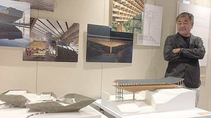 Kengo Kuma dengan berbagai maket karya arsitekturalnya di berbagai negara.