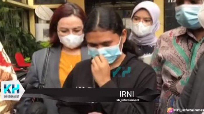 Istri Hotma Sitompul, Desiree Tarigan dan Bams eks Samsons diduga lakukan tindakan yang kurang menyenangkan ke seorang asisten rumah tangga (ART).