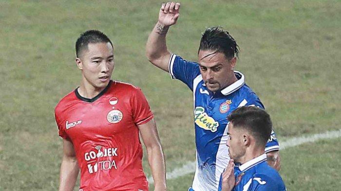 Aksi fullback Persija Jakarta, Arthur Irawan (kiri), pada laga uji coba kontra Espanyol di Stadion Patriot Candrabhaga, Bekasi, Jawa Barat, Rabu (19/7/2017). BOLASPORT.COM/FERNANDO RANDY