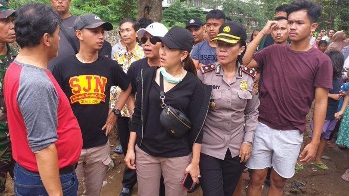 Artis Ayu Ting Ting meninjau dan memberikan bantuan kepada korban banjir di Kelurahan Pondok Cina, Beji, Kota Depok.