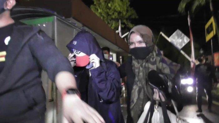 ARTIS FTV bernisial HH (tengah) saat diamankan petugas Polrestabes Medan.