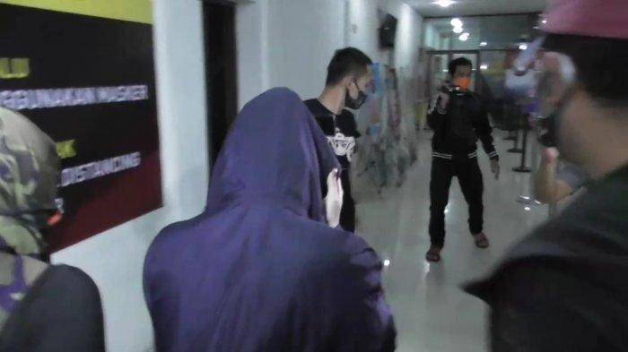 ARTIS FTV berinisial HH (tengah) saat diamankan petugas Polrestabes Medan.