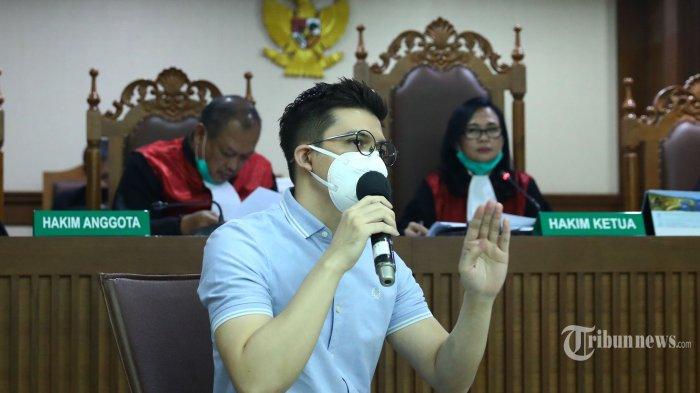 Artis Irwansyah memberikan keterangan saat menjadi saksi pada kasus tindak pidana pencucian uang (TPPU) dengan terdakwa Tubagus Chaeri Wardana (Wawan) di Pengadilan Tipikor, Jakarta Pusat, Kamis (28/5/2020). Sidang lanjutan yang diselenggarakan secara virtual tersebut beragendakan mendengarkan keterangan saksi. Tribunnews/Irwan Rismawan