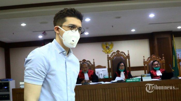 Artis Irwansyah usai memberikan keterangan saat menjadi saksi pada kasus tindak pidana pencucian uang (TPPU) dengan terdakwa Tubagus Chaeri Wardana (Wawan) di Pengadilan Tipikor, Jakarta Pusat, Kamis (28/5/2020). Sidang lanjutan yang diselenggarakan secara virtual tersebut beragendakan mendengarkan keterangan saksi. Tribunnews/Irwan Rismawan