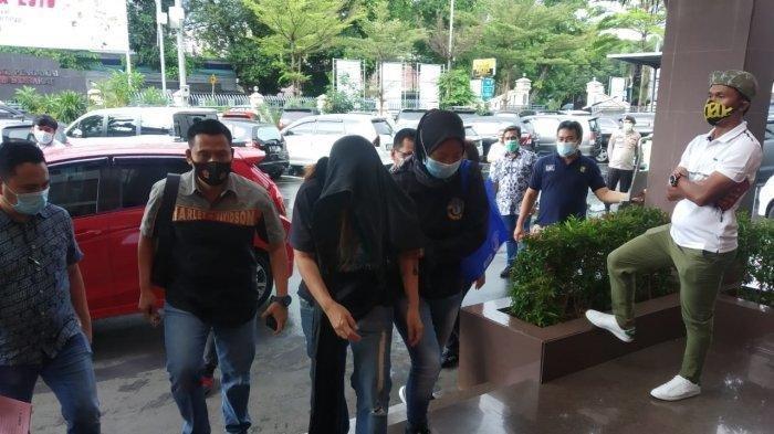 Iyut Bing Slamet Menangis Saat Ditangkap Polisi di Rumahnya Terkait Kasus Narkoba
