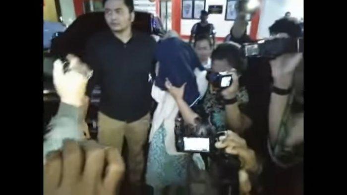 Perempuan yang diduga publik figur populer saat dibawa ke Ditreskrimum Polda Jatim atas kasus prostitusi online di sebuah hotel di Batu, Jumat (25/10/2019).