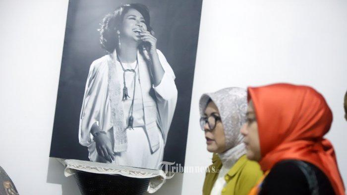 Warga melayat ke rumah duka artis peran Chandra Ariati Dewi Irawan atau akrab disapa Ria Irawan, di Jakarta, Senin (6/1/2020). Artis kelahiran 24 Juli 1969 meninggal dunia karena penyakit kanker di Rumah Sakit Cipto Mangun Kusumo. TRIBUNNEWS/HERUDIN
