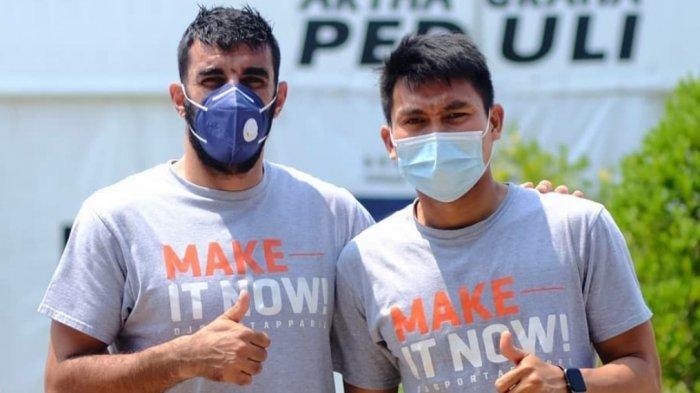 Artyom Filiposyan (kiri) dan Herwin Tri Saputra (kanan), melakukan foto sebelum menjalani swab test di Ancol, Jakarta Utara