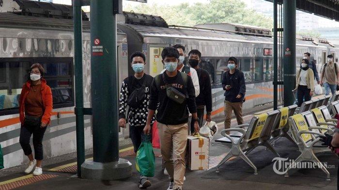 Penumpang kereta api Argo Lawu berjalan saat tiba di Stasiun Gambir, Jakarta Pusat, Senin (17/5/2021).