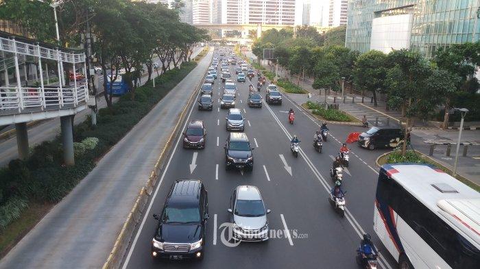 Volume kendaraan yang melintasidi Jalan Jendral Sudirman, Jakarta Selatan, tampak padat dari hari-hari sebelumnya, Jumat (15/5/2020). Direktorat Lalu Lintas (Ditlantas) Polda Metro Jaya menyatakan dalam beberapa hari terakhir mulai terjadi peningkatan volume kendaraan yang diduga karena banyak perkantoran yang sudah tidak menerapkan work from home (WFH). Warta Kota/Angga Bhagya Nugraha
