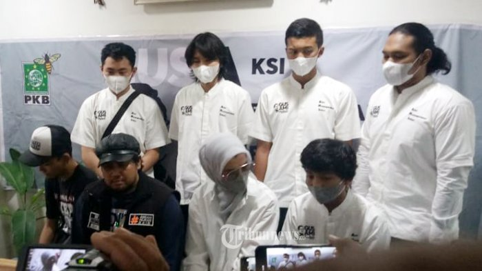 Artis sekaligus Anggokta DPR RI Komisi IX Arzeti Bilbina bersama Komunitas Tatoo Berani Hijrah Iftar DPP PKB turun kejalan membagikan takjil.